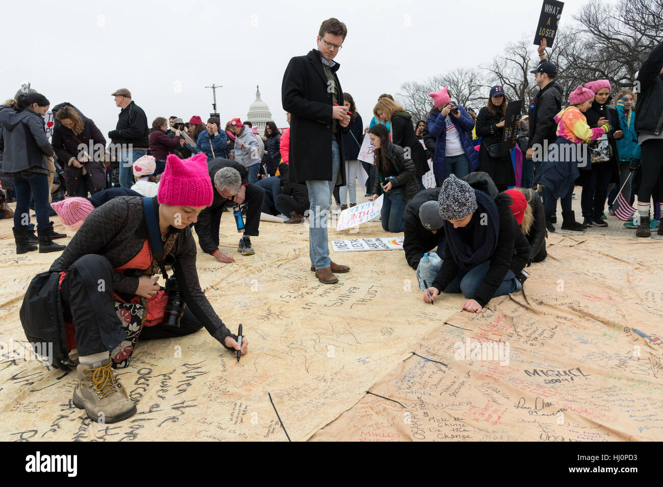 Washington, USA. 21st Jan, 2017.Demonstrators sign a giant petition during the Women's March on Washington in - Stock Image