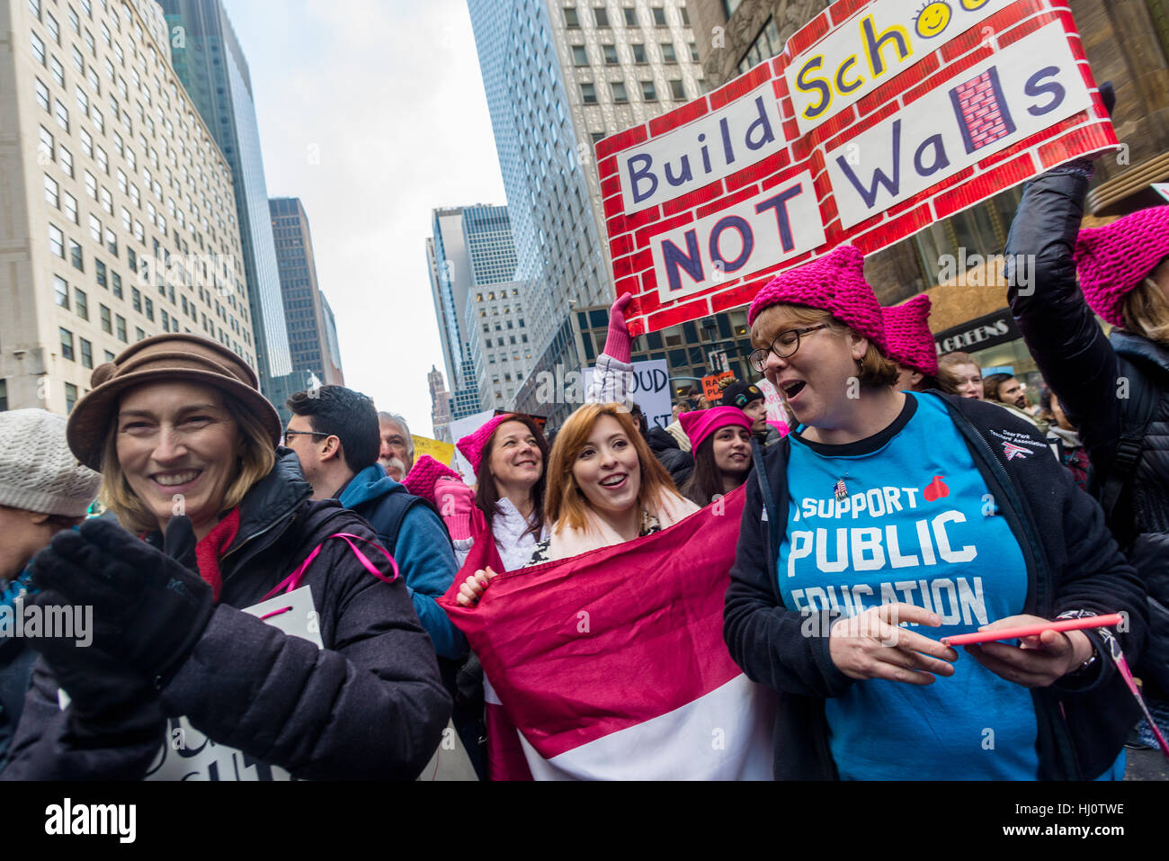 New York, USA 21 Jan 2017 - An estimated 400 to 500 thousand protesters marched from Dag Hammarskjöld Plaza, - Stock Image