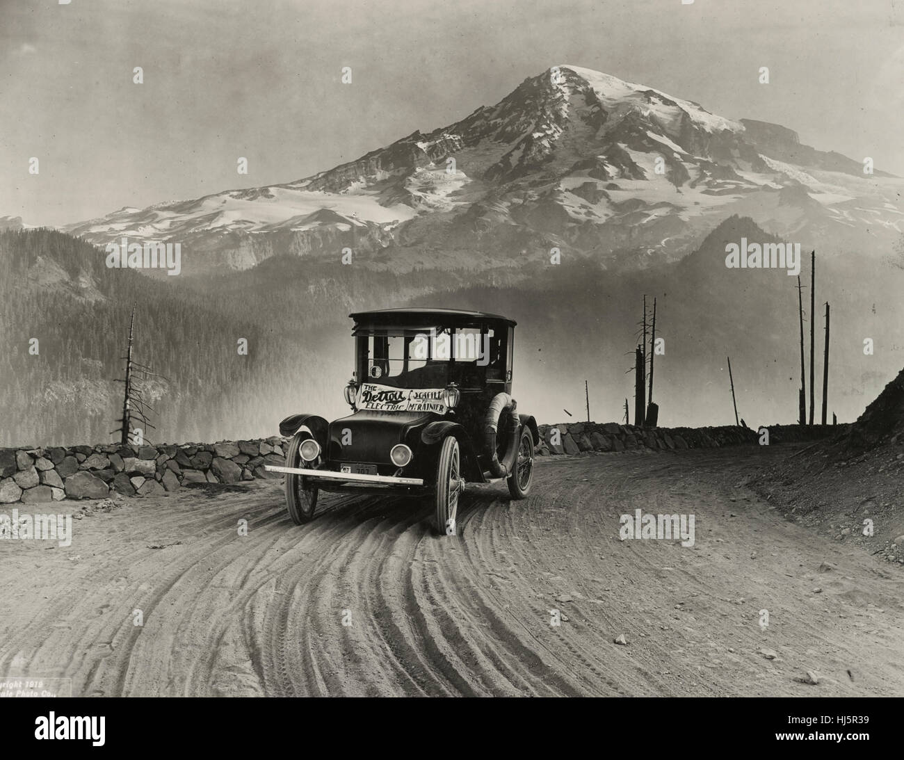 Detroit Electric auto on promotional tour through mountains from Seattle to Mt. Rainier. Photograph shows electric - Stock Image