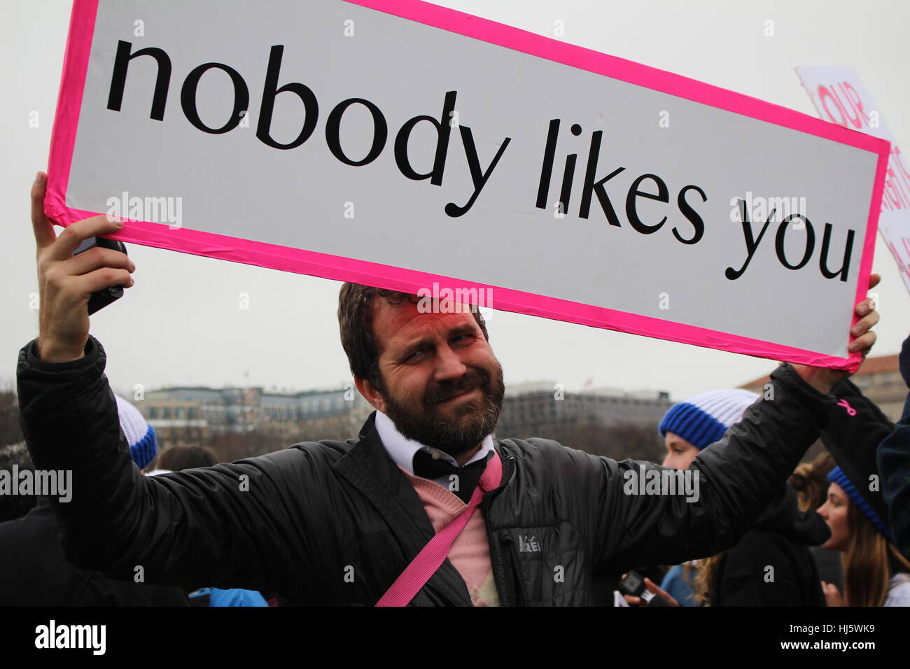 District of Columbia, USA. 21 Jan, 2017. A man grins holding a simple sign that says 'nobody likes you' - Stock Image