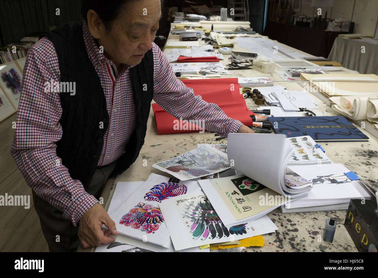 (170126) -- BEIJING, Jan. 26, 2017 (Xinhua) -- Chinese artist Han Meilin, 80, shows his sketches of roosters and - Stock Image