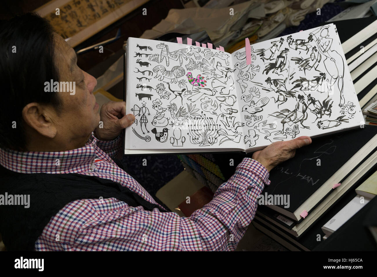 (170126) -- BEIJING, Jan. 26, 2017 (Xinhua) -- Chinese artist Han Meilin, 80, shows his sketches at his studio in - Stock Image
