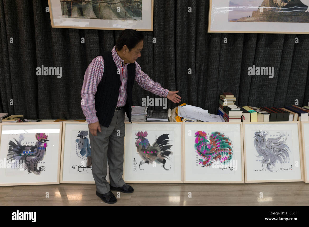 (170126) -- BEIJING, Jan. 26, 2017 (Xinhua) -- Chinese artist Han Meilin, 80, shows his paintings of roosters and - Stock Image