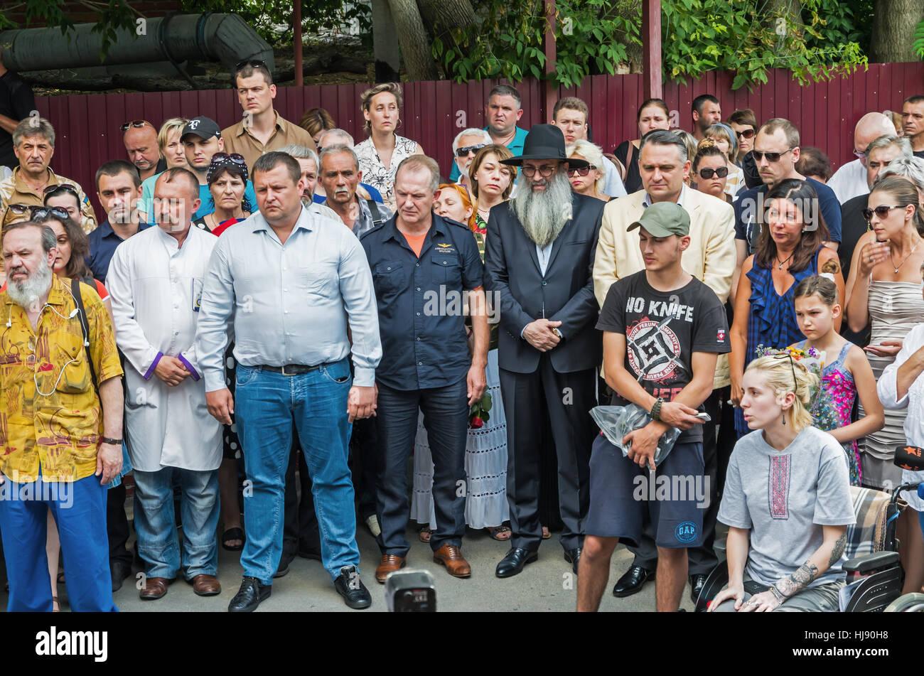 Dnepropetrovsk, Ukraine - June 30, 2016: Near the morgue building people say goodbye to Ukrainian baritone singer - Stock Image