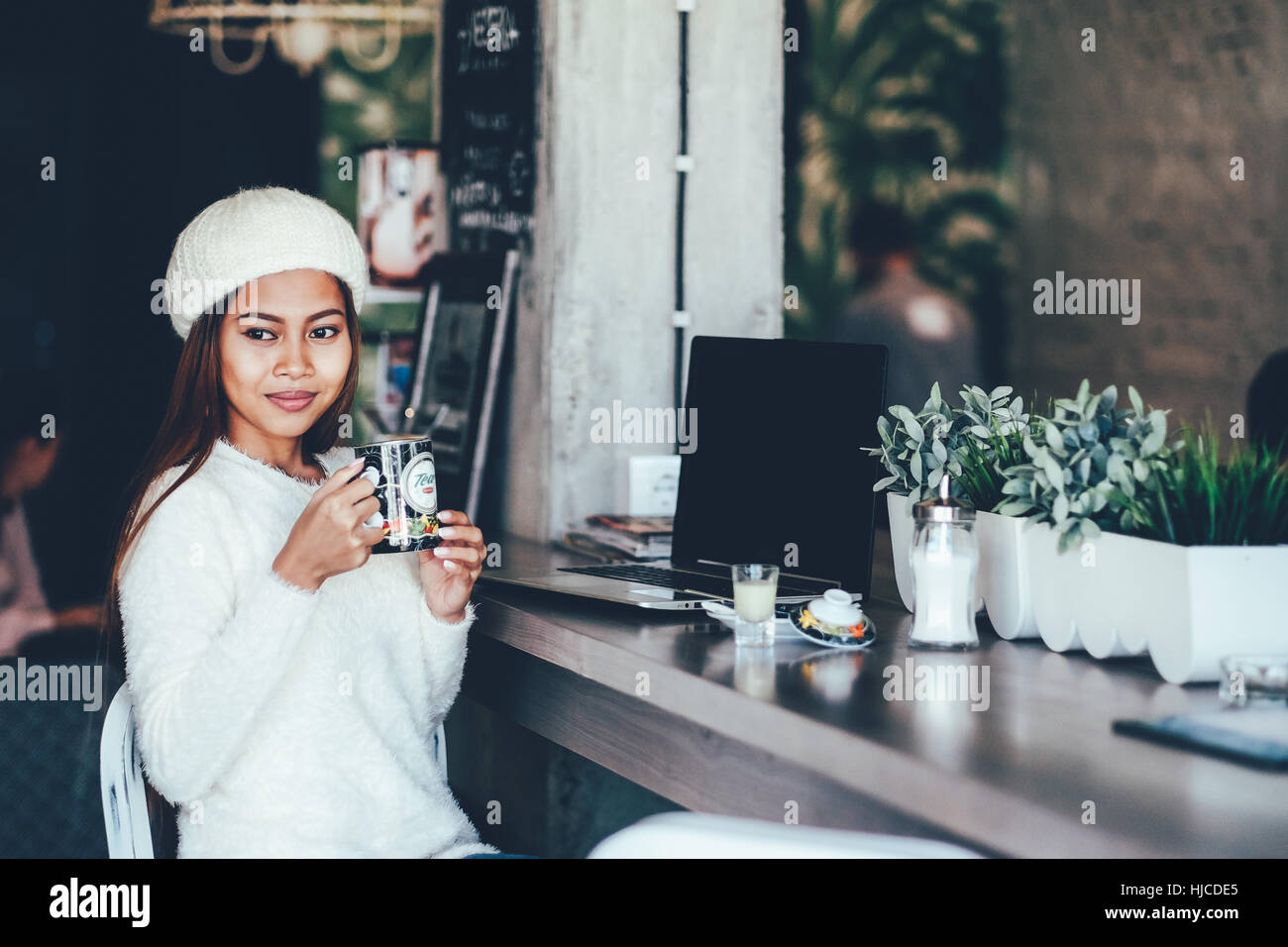 Gorgeous young woman drinking tea in cafe - Stock Image