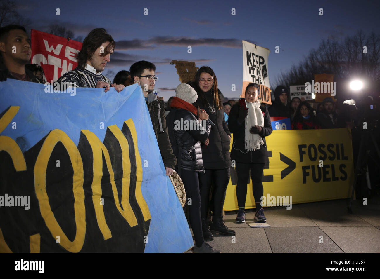 Washington, USA. 24th Jan, 2017. Hundreds of people opponents of the Keystone XL and Dakota Access pipelines hold Stock Photo