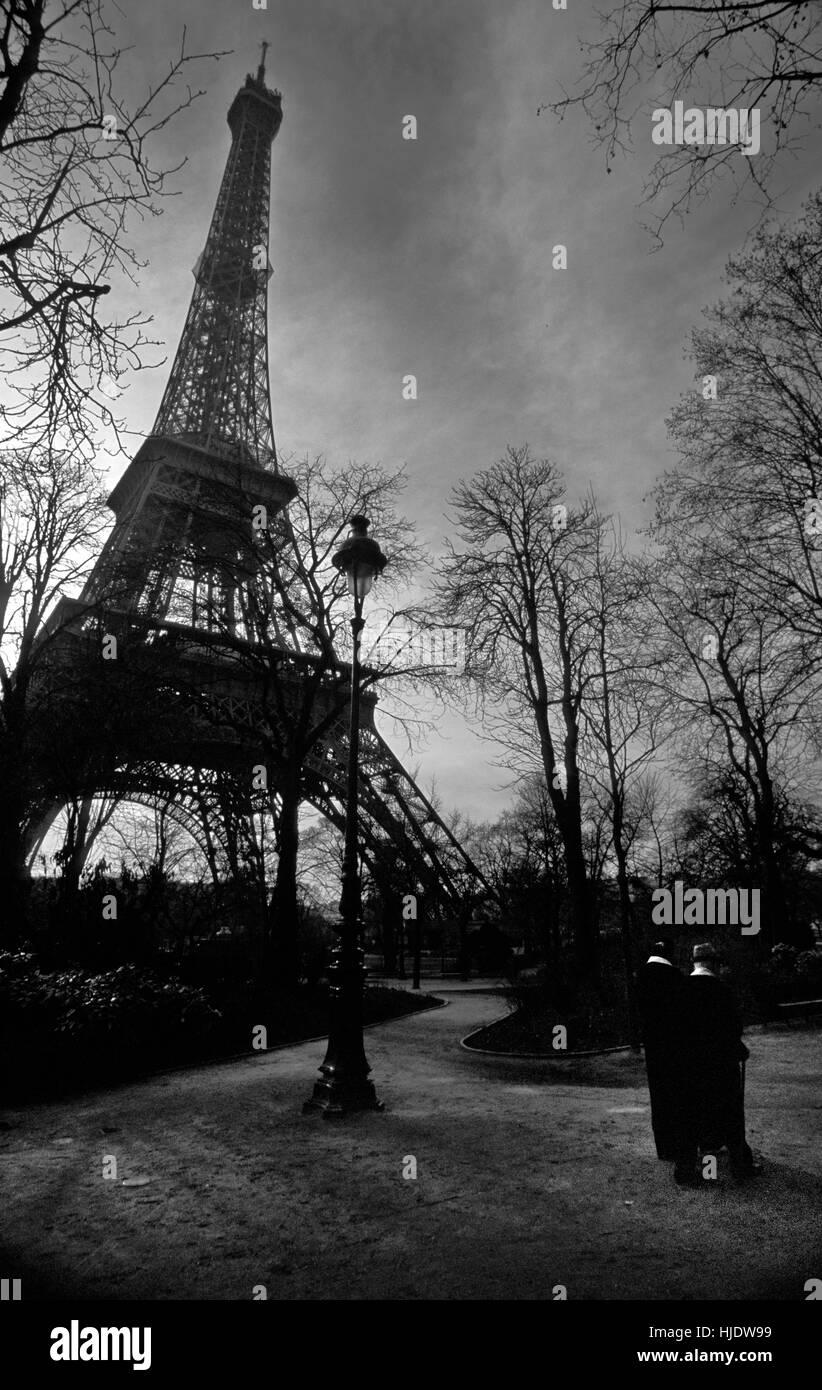 Two old couple walking near Eiffel Tower, Paris - Stock Image