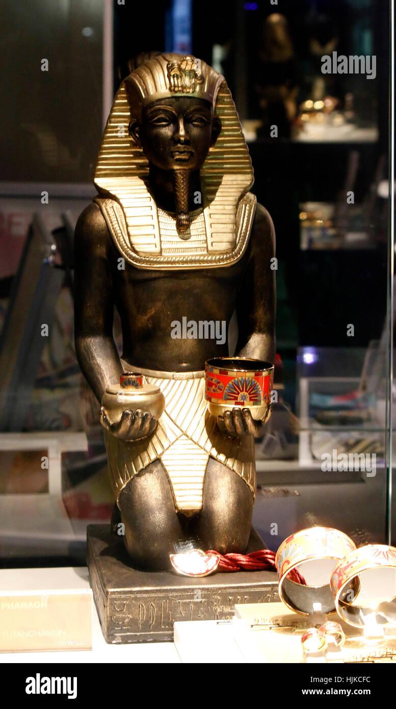 eine Tut Ench Amun Bueste im Schaufenster, Berlin. - Stock Image