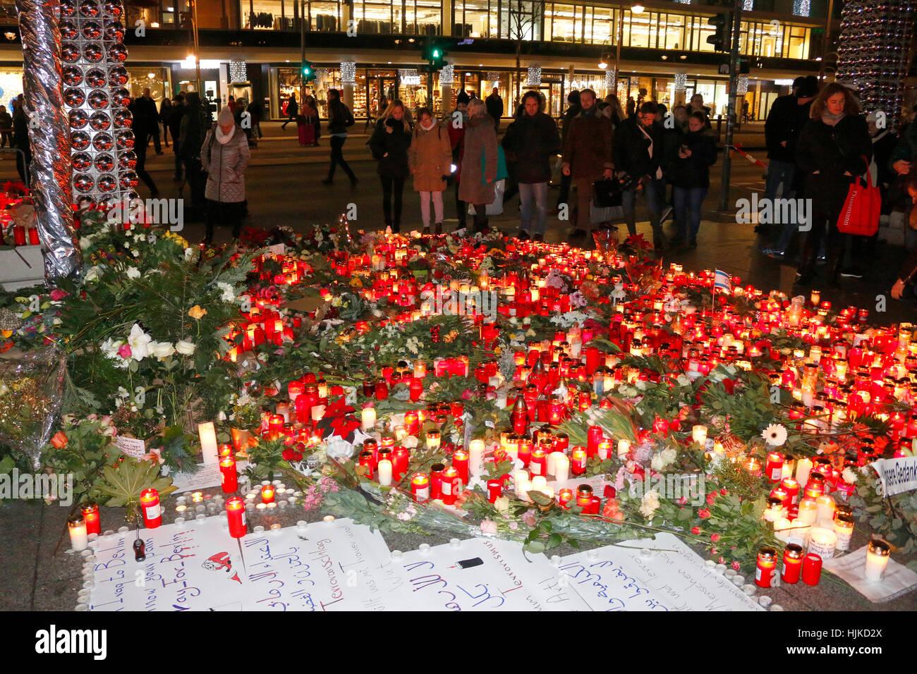 Impressionen: Blumen und Kerzen als Zeichen von Trauer und Anteilnahme nach dem islamistischer Terroranschlag auf - Stock Image