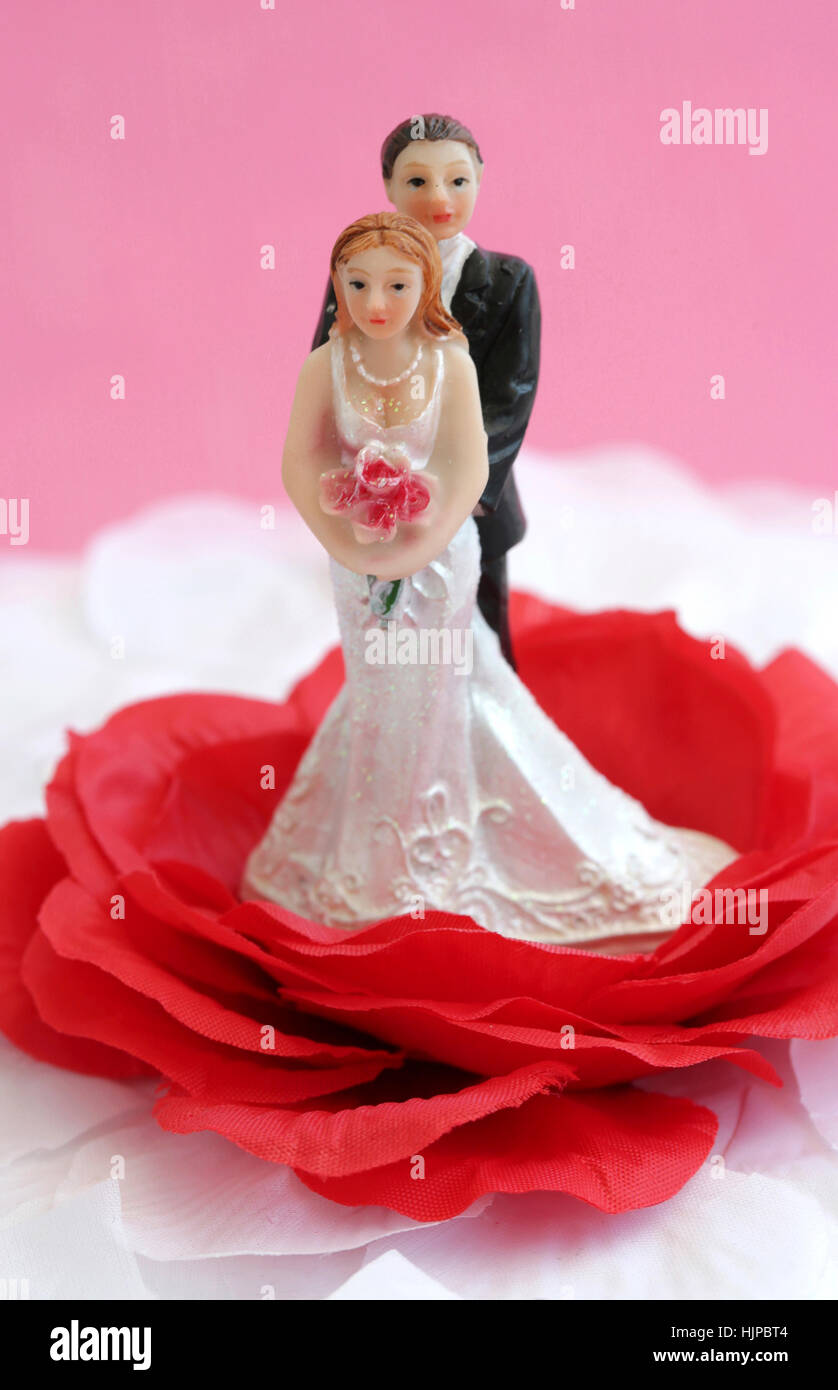 Happy newlyweds on a wedding cake - Stock Image