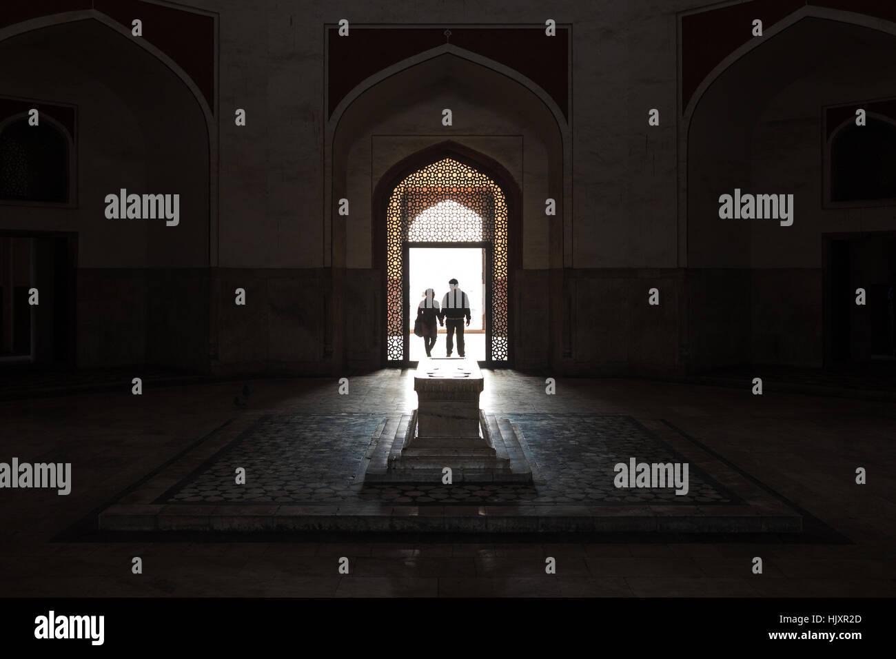 A couple enter Humayun's Tomb in New Delhi, India, the tomb of the Mughal Emperor Humayun. - Stock Image