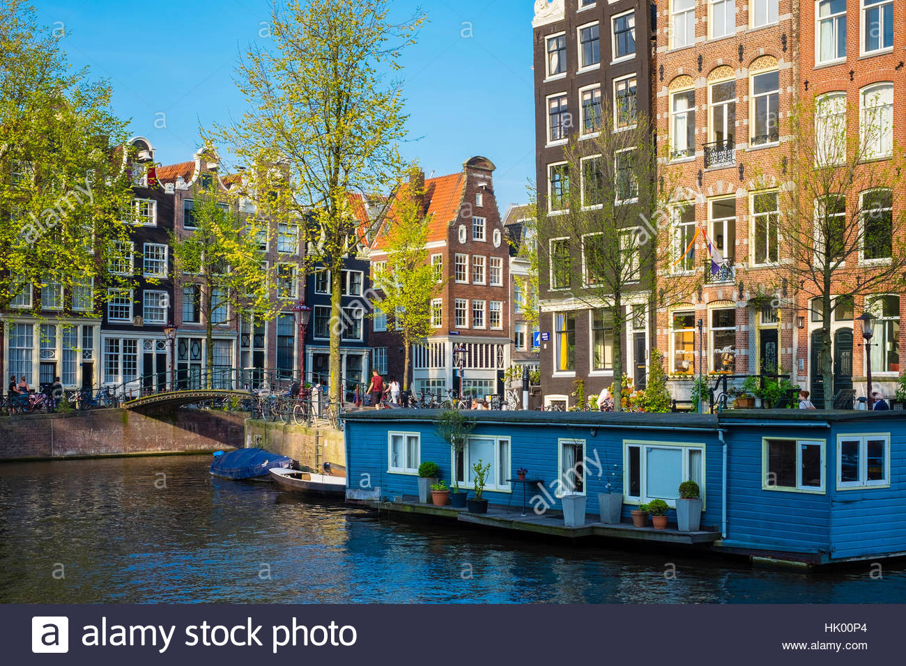 Netherlands, North Holland, Amsterdam. Canal houses and houseboat on the Herengracht canal at intersection of Brouwersgracht. - Stock Image