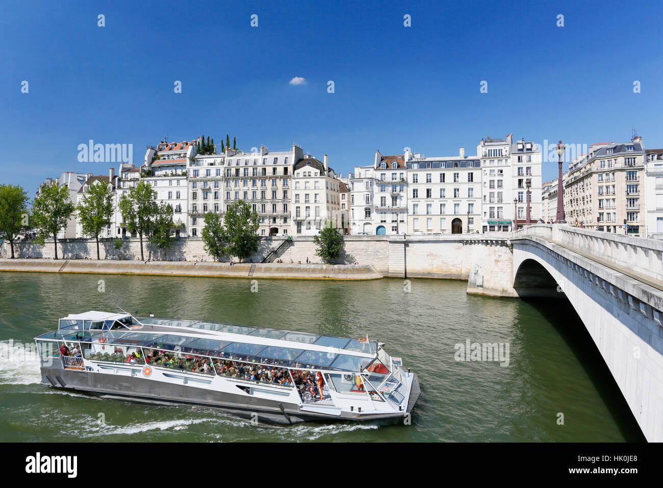 France, Paris. 4th arrondissement. The Ile Saint Louis. Boat on the Seine. Tournelle Bridge in the foreground on - Stock Image