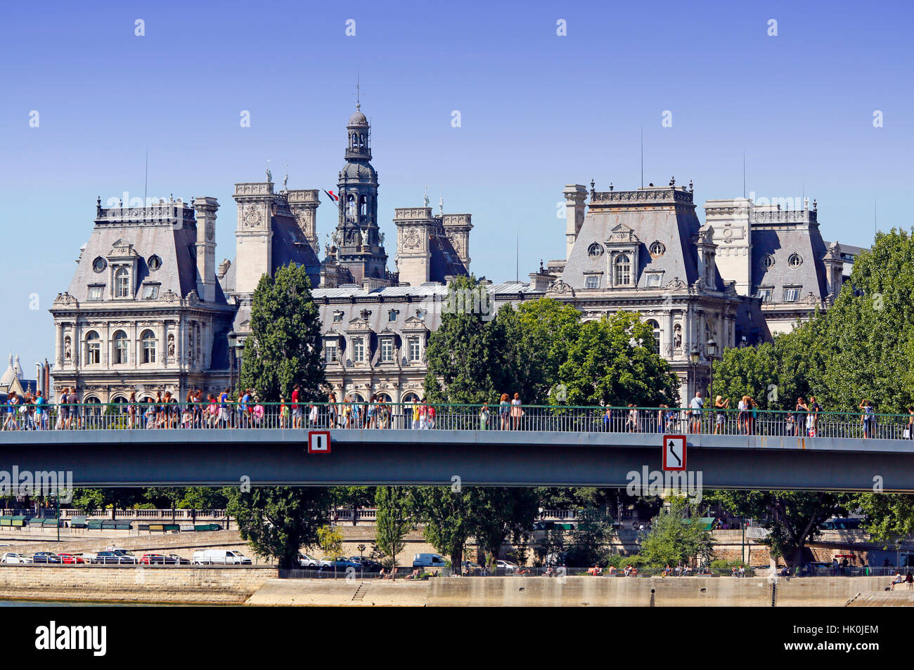 France, Paris, 4th arrondissement, facade of the Hotel de Ville (Seine side). In the foreground: the Saint Louis - Stock Image