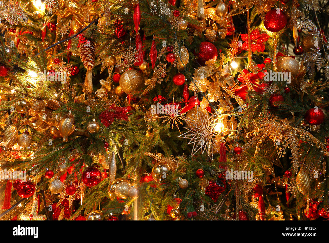 christmas tree decorations red and