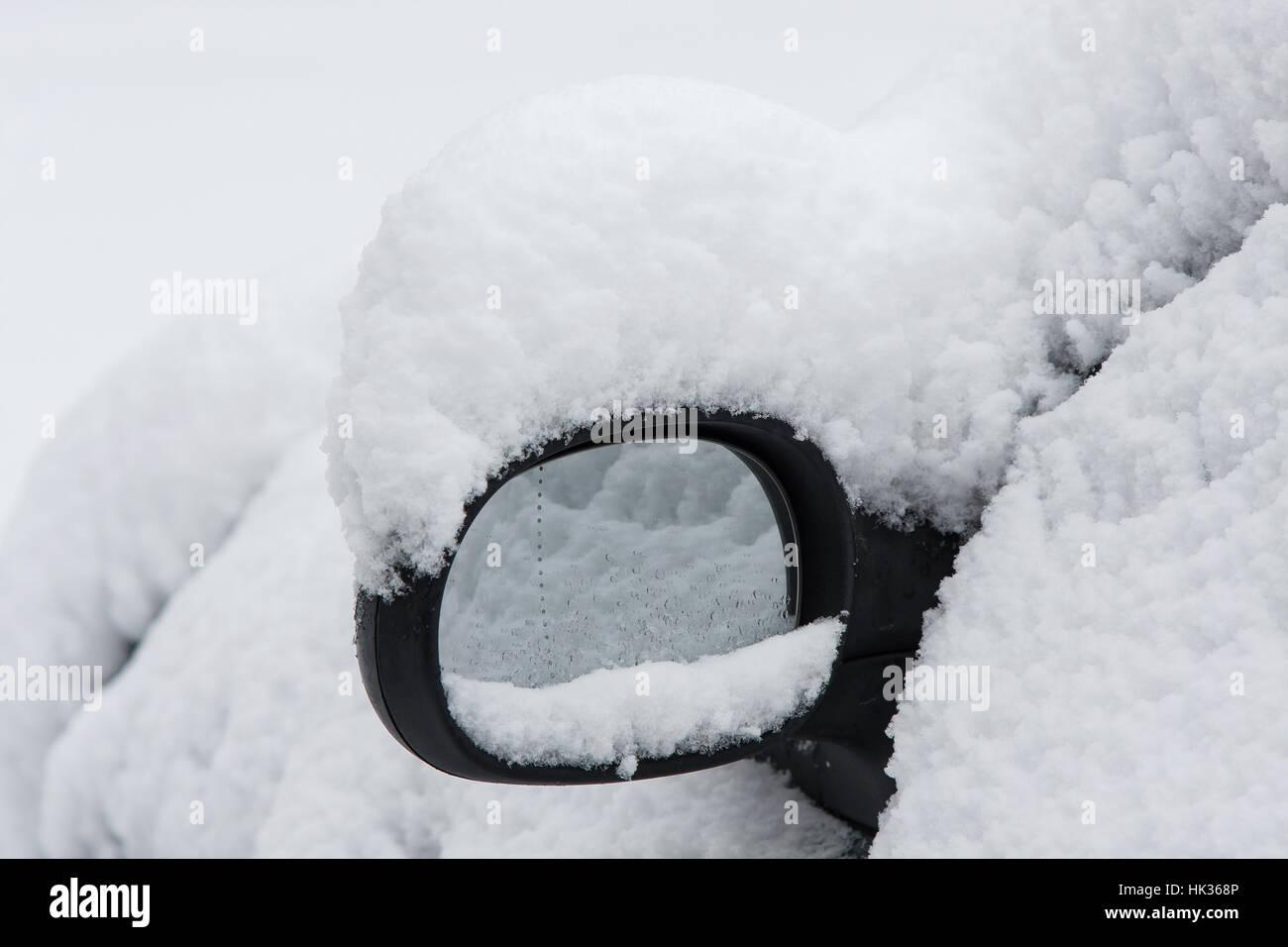 Snowy car mirror - Stock Image