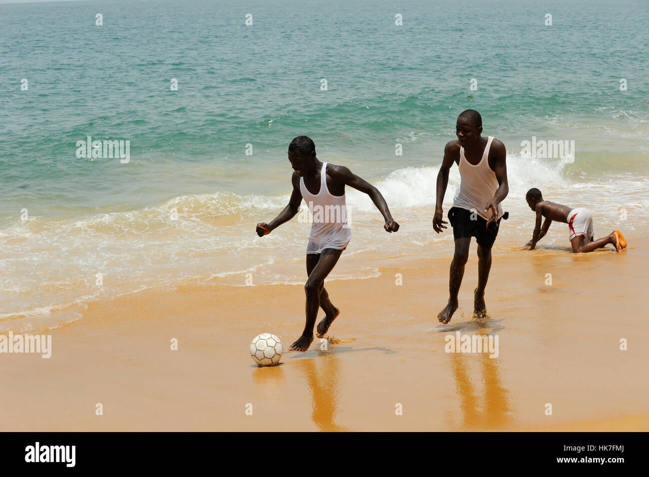 SIERRA LEONE Kent, youngster play soccer at the beach / SIERRA LEONE Kent, Jugendliche spielen Fussball am Strand - Stock Image