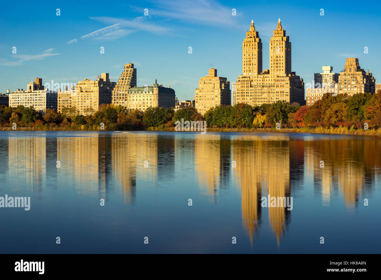 Upper West Side with view of Jacqueline Kennedy Onassis Reservoir and Central Park in Fall. Manhattan, New York - Stock Image