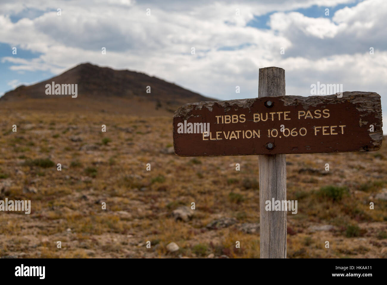 A sign marking the elevation for Tibbs Butte Pass along the Beartooth Loop Trail. Shoshone National Forest, Wyoming - Stock Image