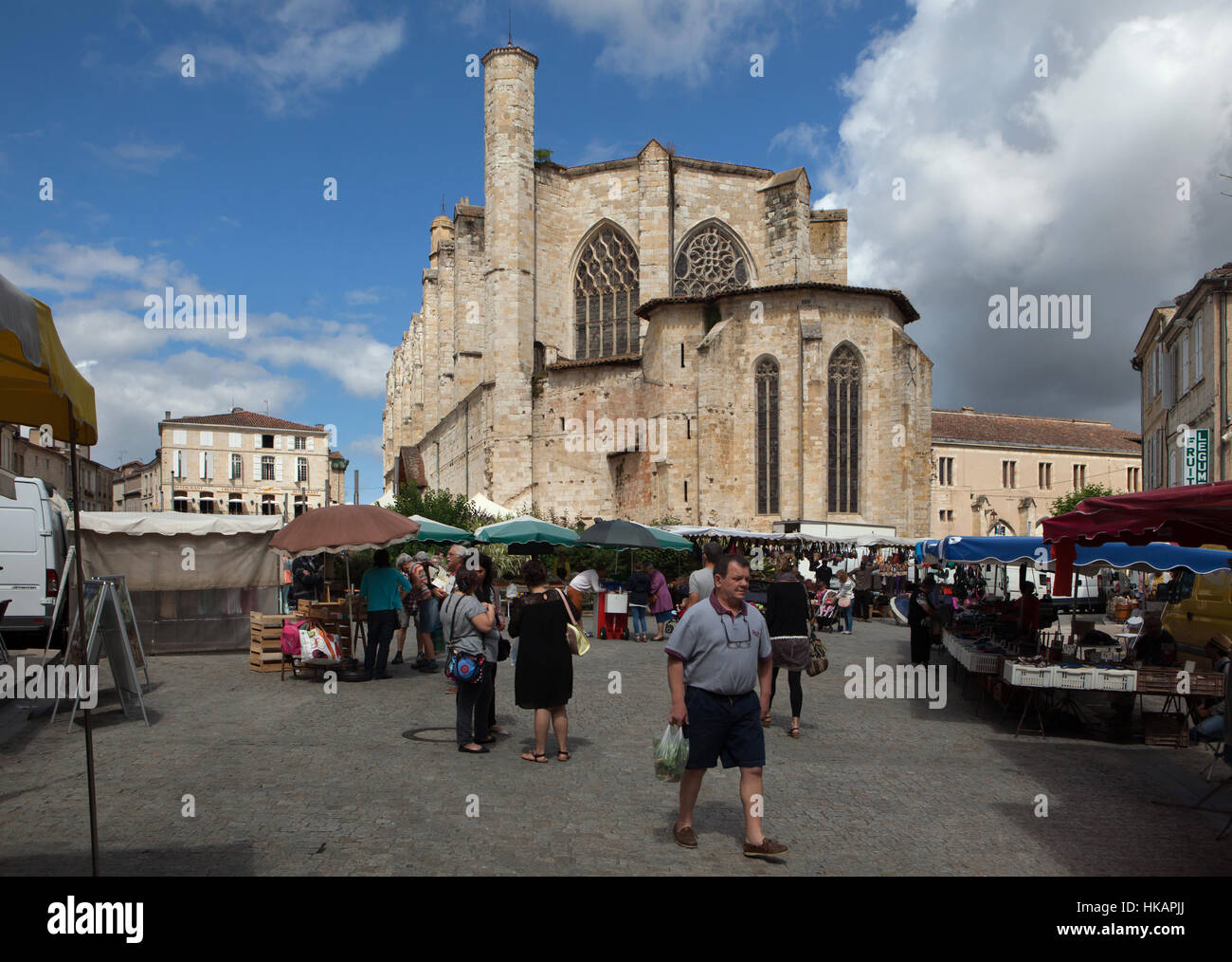 Sunday market in front of the Condom Cathedral (Cathedrale Saint-Pierre de Condom) in Condom, Gers, France. - Stock Image