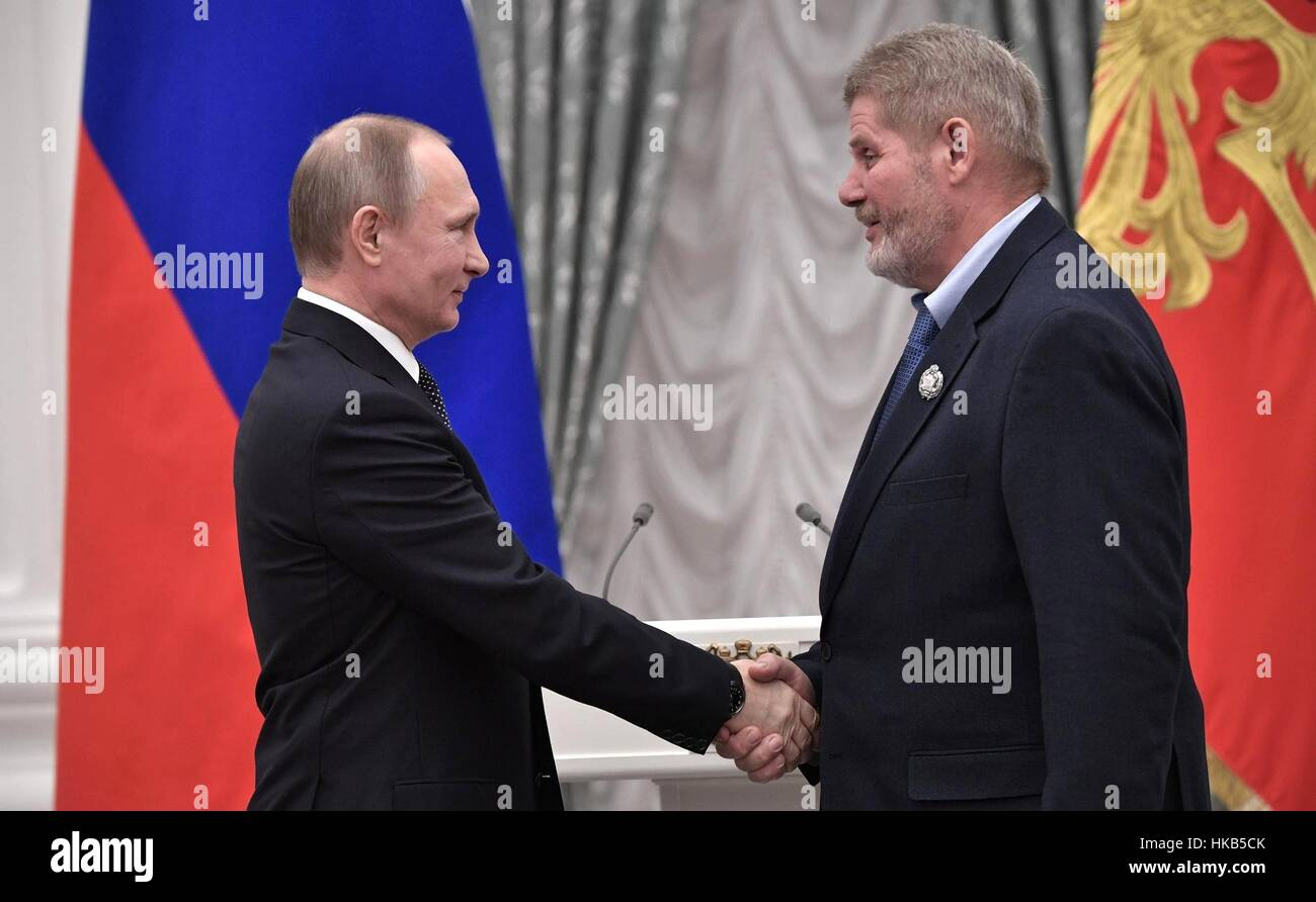 Moscow, Russia. 26th Jan, 2017. Russian President Vladimir Putin presents Mikhail Tsykunov, department head at the - Stock Image