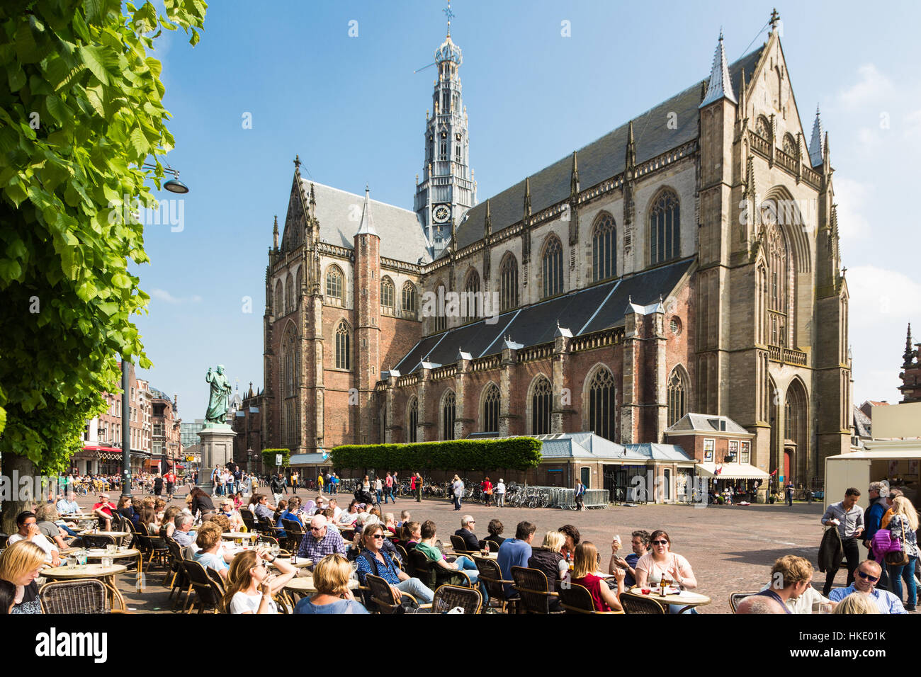 HAARLEM, NETHERLANDS - MAY 27, 2016: People enjoy drinks on a cafe terrace on the Grote Markt square in the center - Stock Image