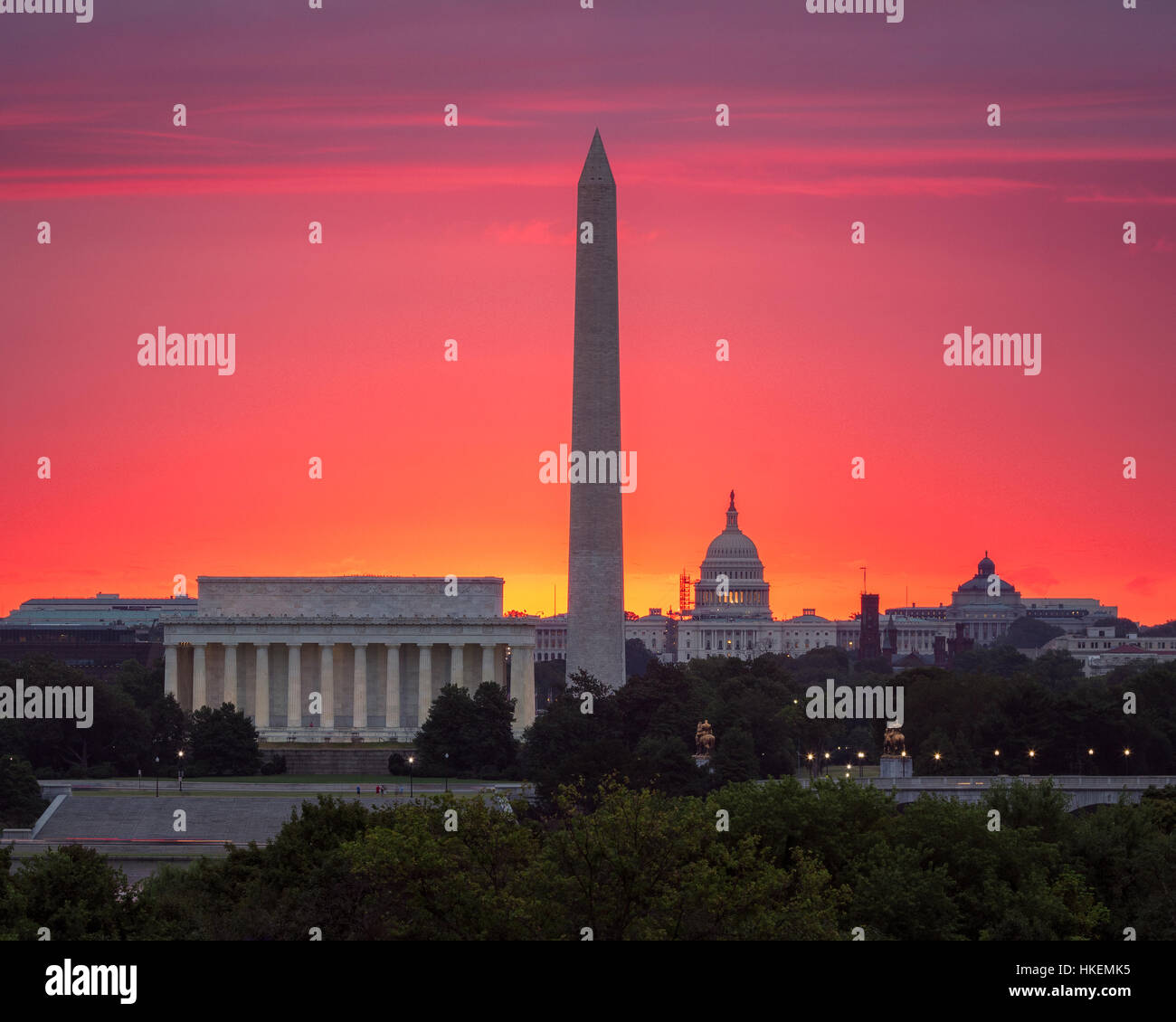 The glow of a rising sun behind the Capitol - Stock Image