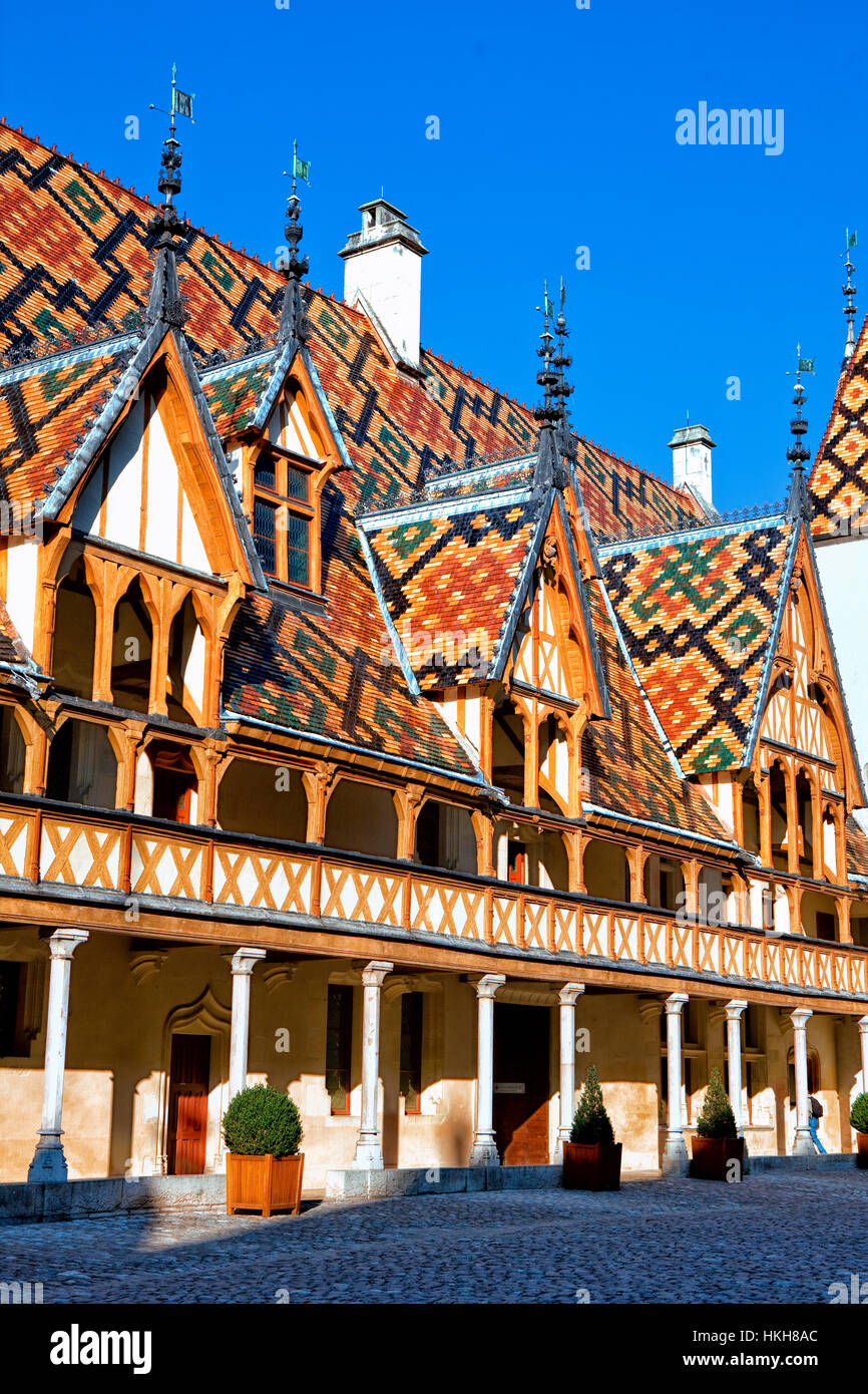 Polychrome tiled roof of the Hospices de Beaune in Burgundy - Stock Image