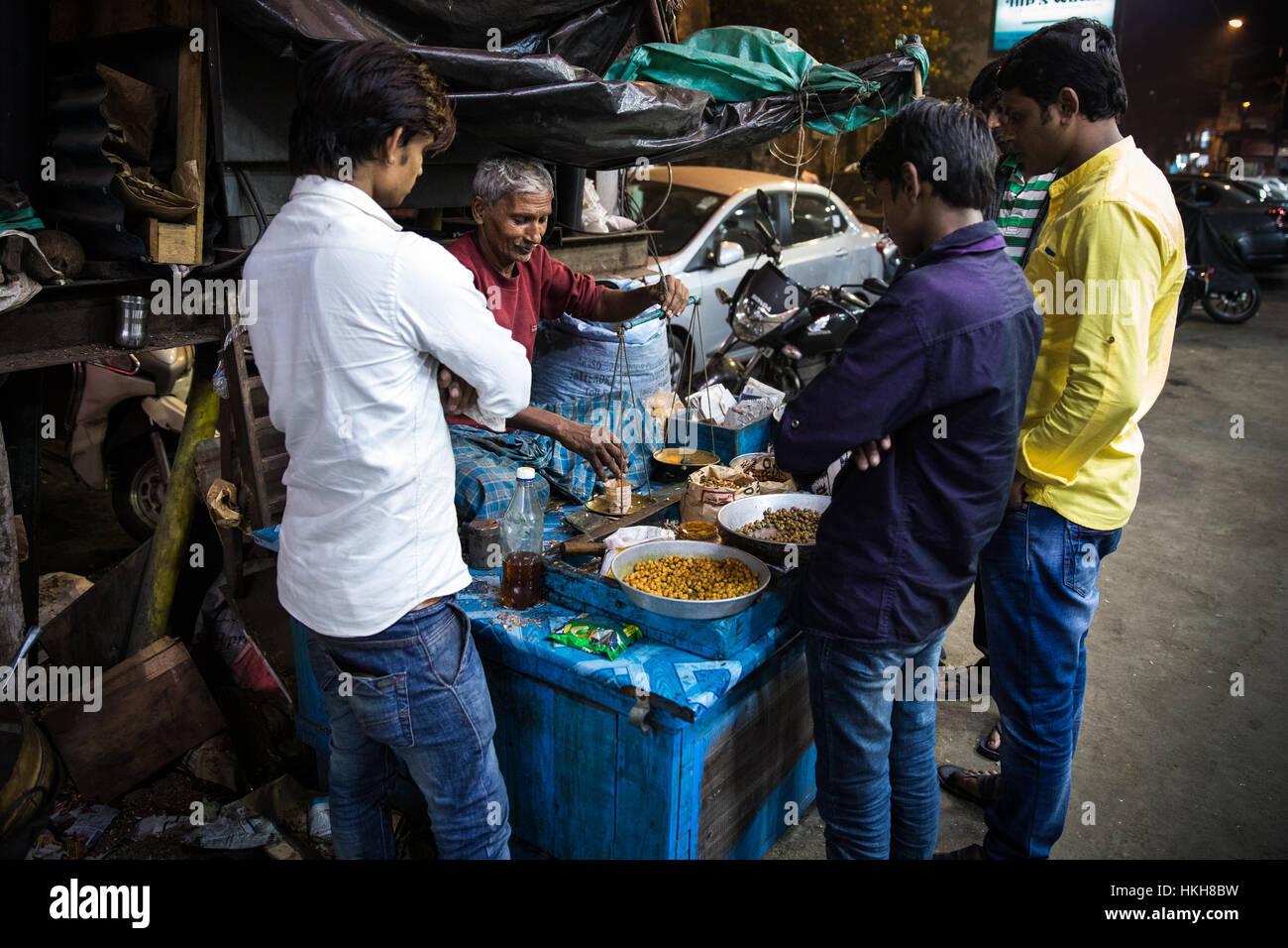 A street vendor sells nuts in Kolkata (Calcutta), West Bengal, India. - Stock Image