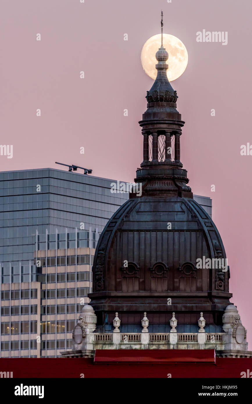 November full moon over the Basilica of Saint Mary in Minneapolis, Minnesota. - Stock Image