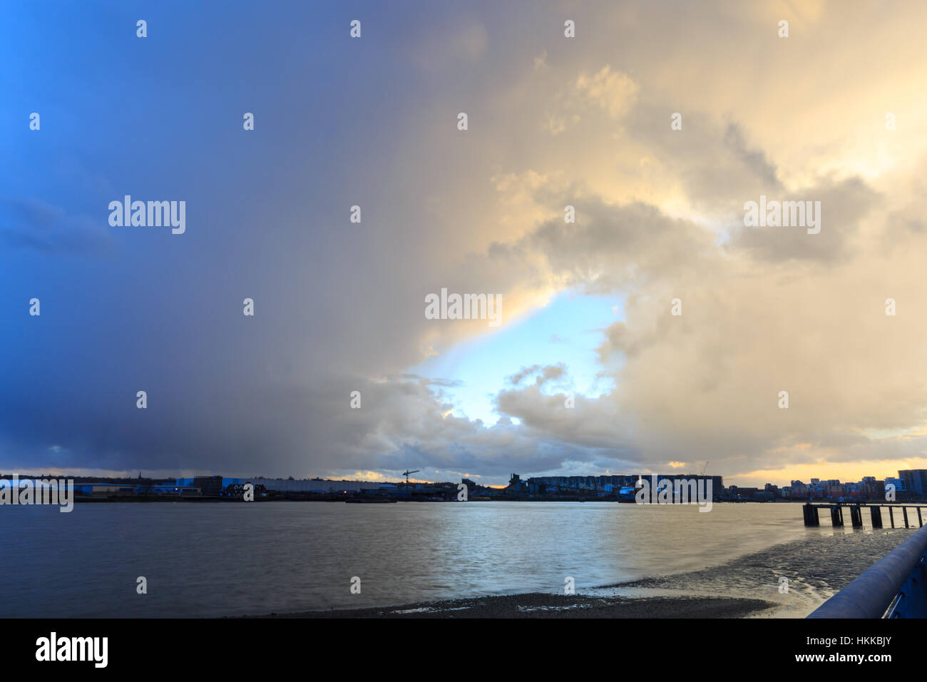 London, UK, 28th Jan 2017. A day of very changeable weather ends with dramatic clouds at sunset over the River Thames - Stock Image