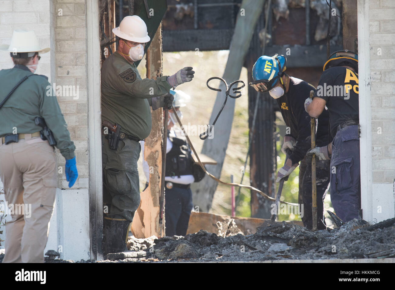 The FBI, federal Bureau of Alcohol, Tobacco and Firearms, and other agencies sift through burned rubble for clues - Stock Image