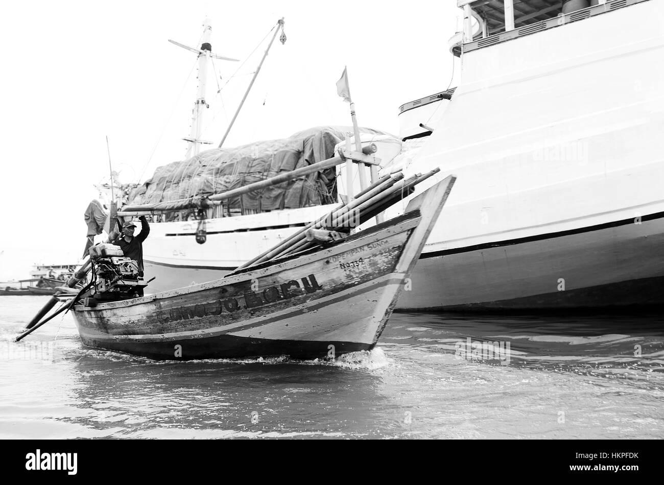 fisherman at Sunda Kelapa harbour - Stock Image