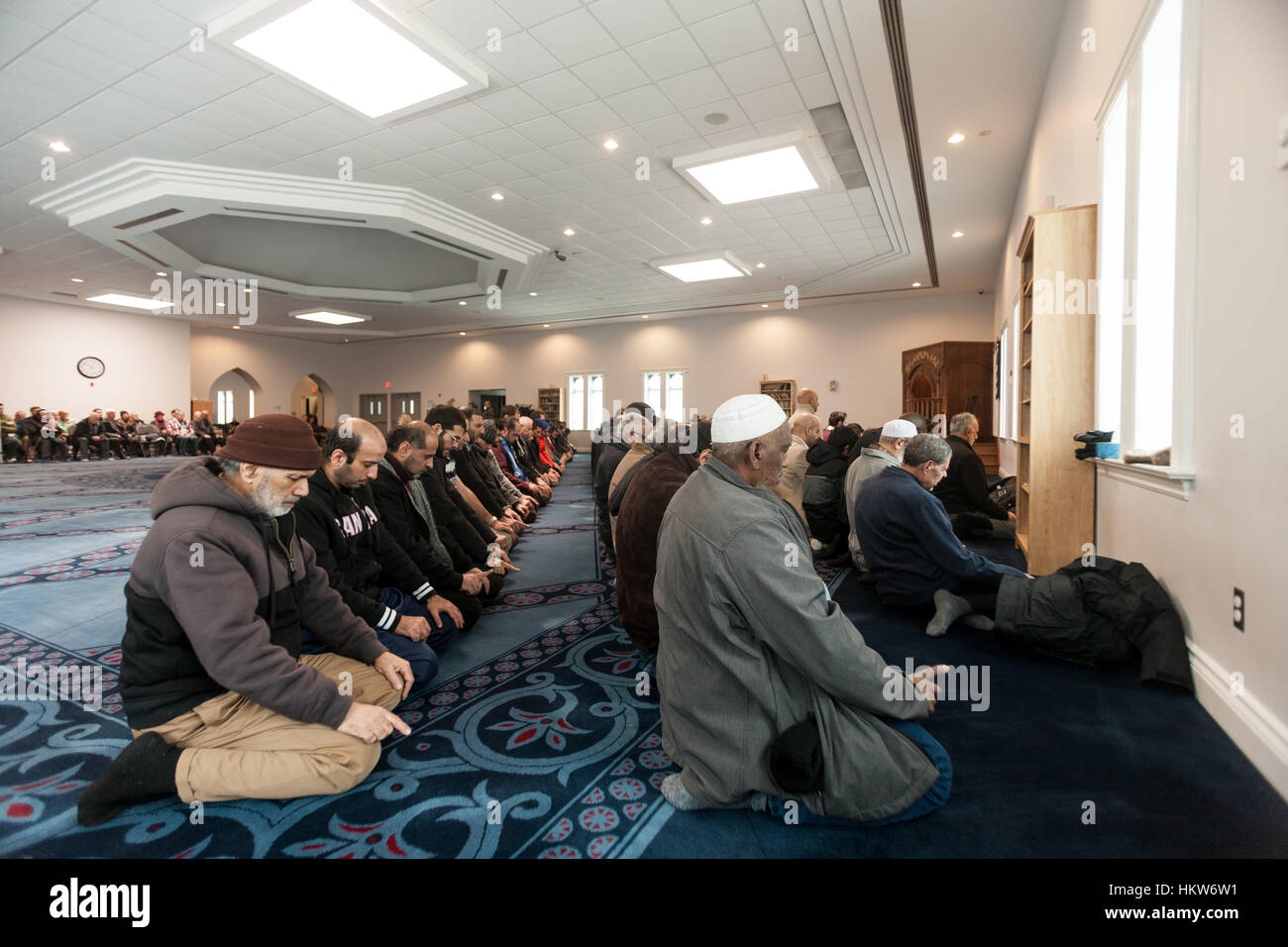 London, UK. 29th Jan, 2017. Londoners of all faiths gather on the steps on the London Muslim Mosque to show their - Stock Image