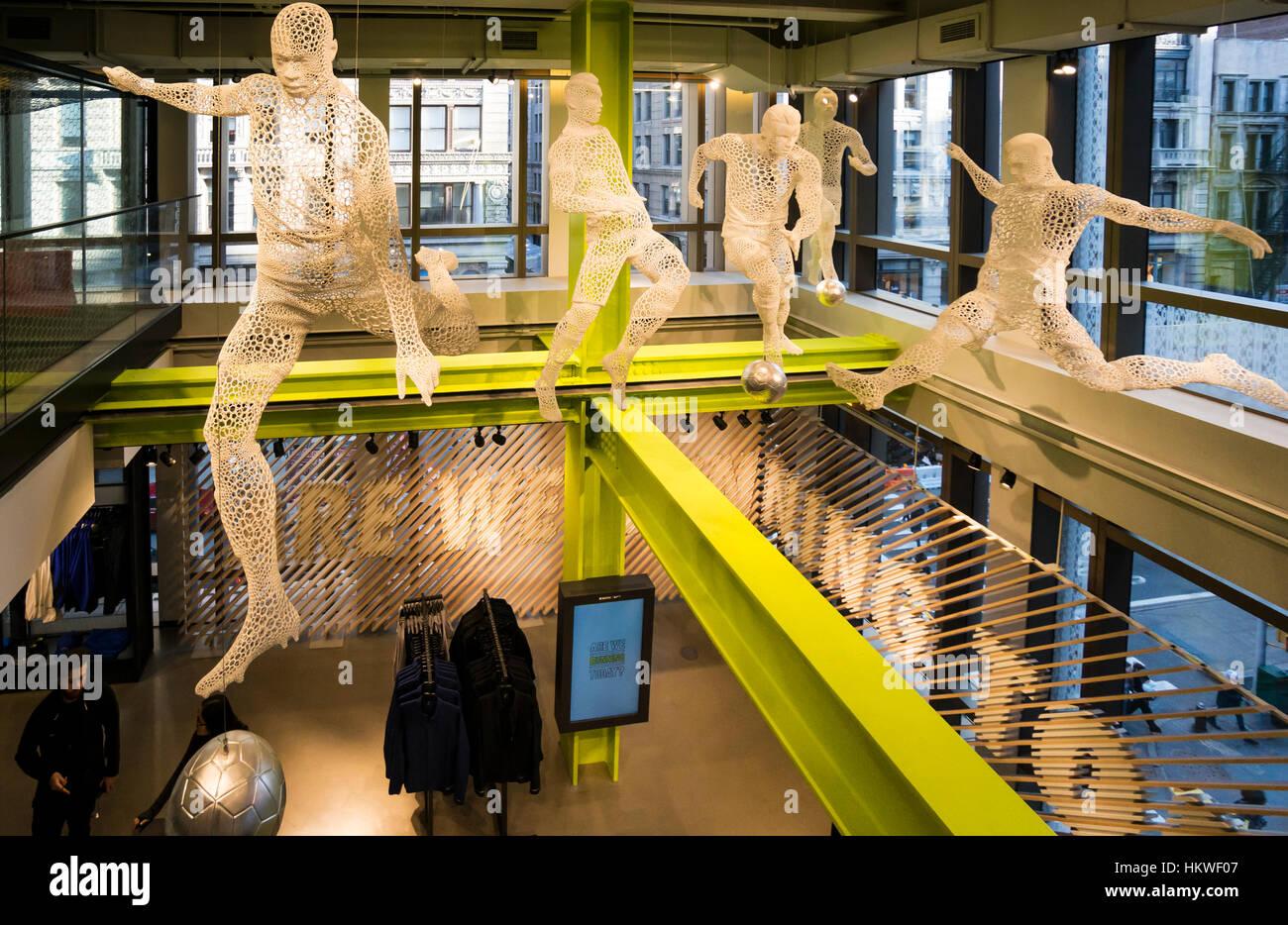 Avispón Aprendiz Mínimo  Nike Soho Store in New York City Stock Photo - Alamy