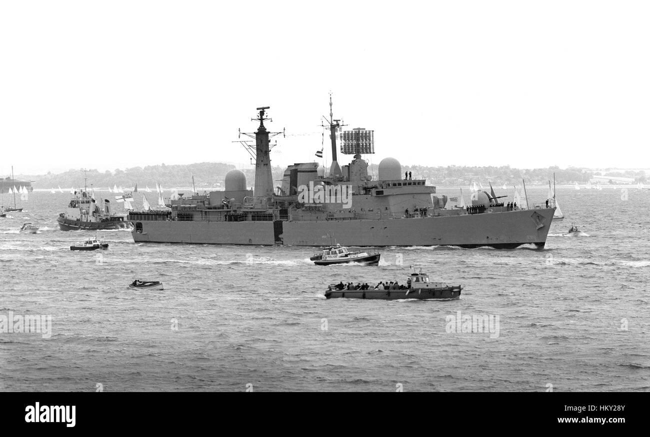 D88 HMS Glasgow returning to HMNB Portsmouth having been damaged in the Falklands War June 1982 - Stock Image