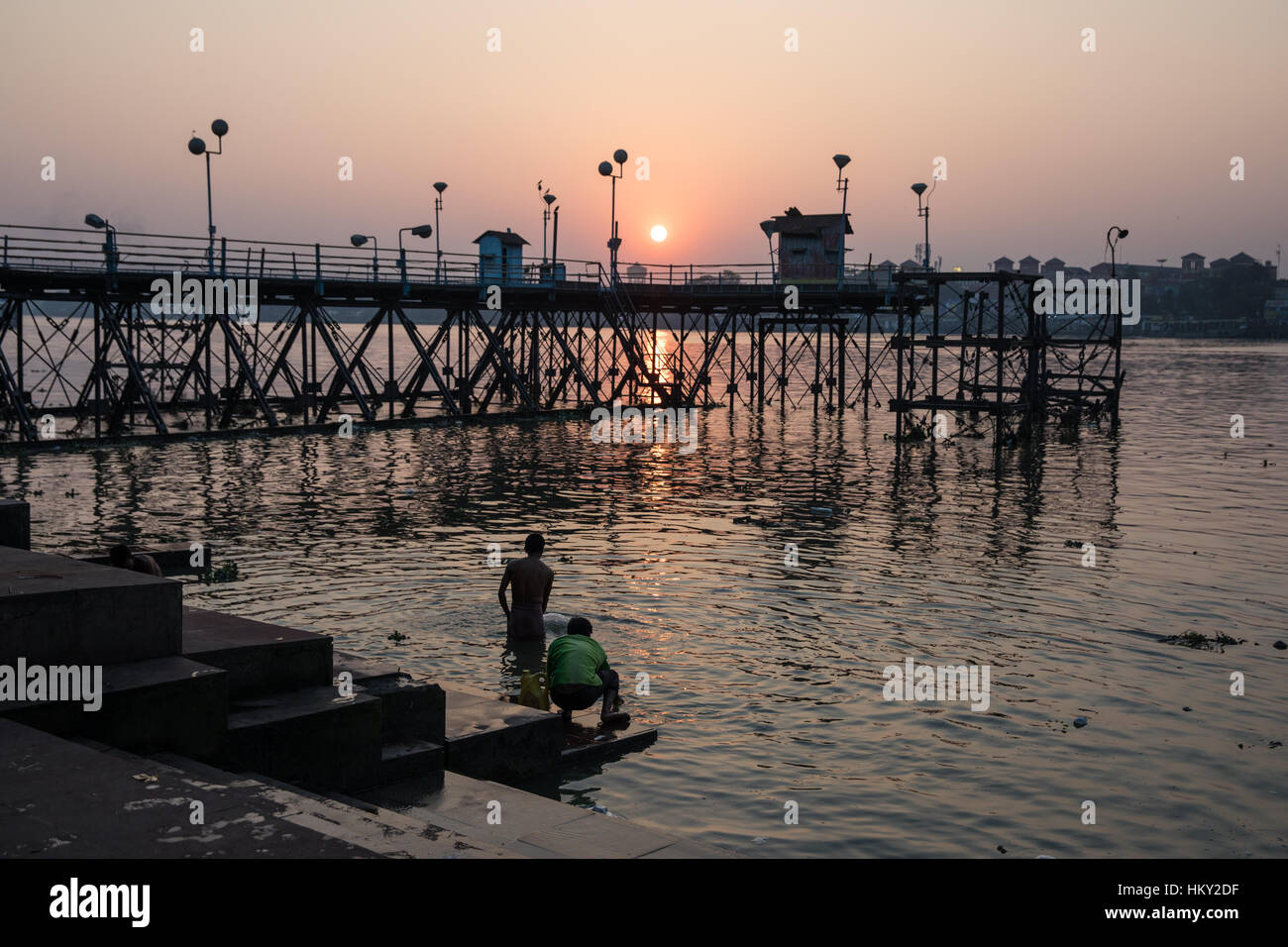 People bathe in the Hooghly River at Mullick Ghat in Kolkata (Calcutta), West Bengal, India. - Stock Image