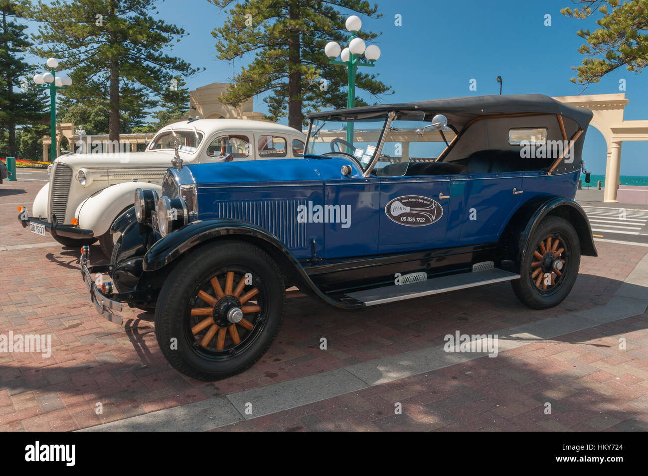 Vintage touring cars in front of The New Napier Arch Napier New Zealand - Stock Image