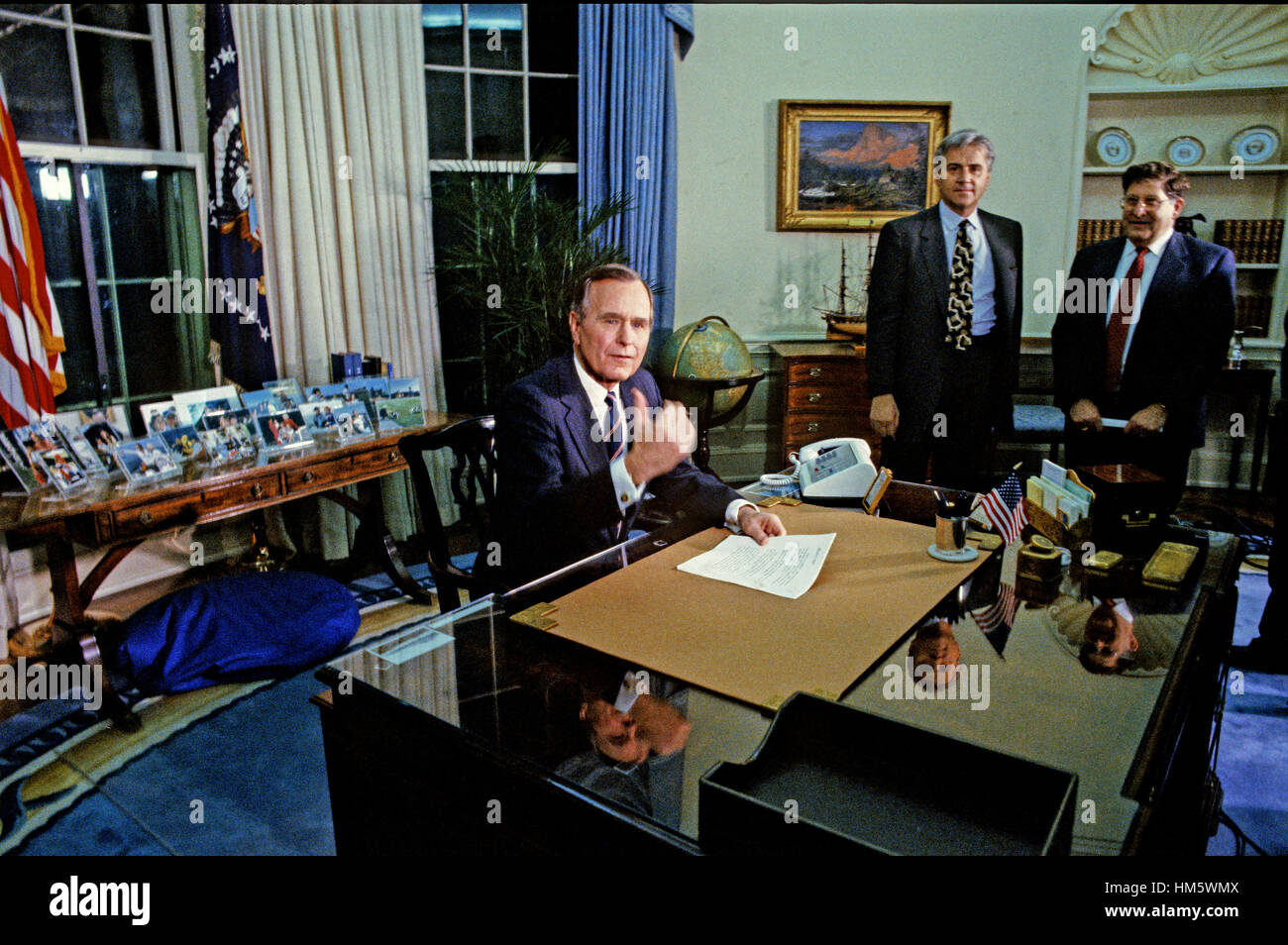 United States President George H.W. Bush poses for photographers following his speech to announce a cease-fire in - Stock Image