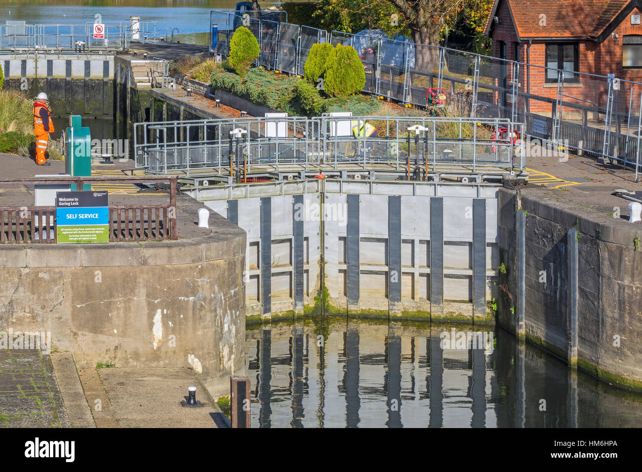 Lock Gates And Lock Keeper House Goring On Thames UK - Stock Image