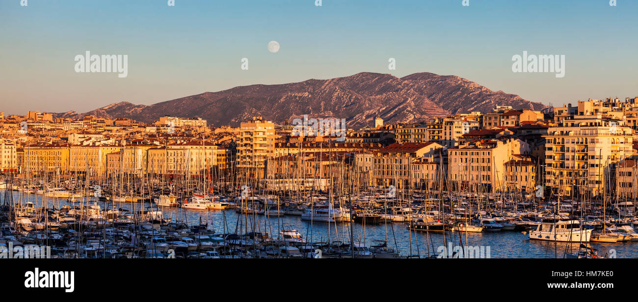 France, Provence-Alpes-Cote d'Azur, Marseille, Cityscape with Vieux port - Old Port, mountain in background - Stock Image