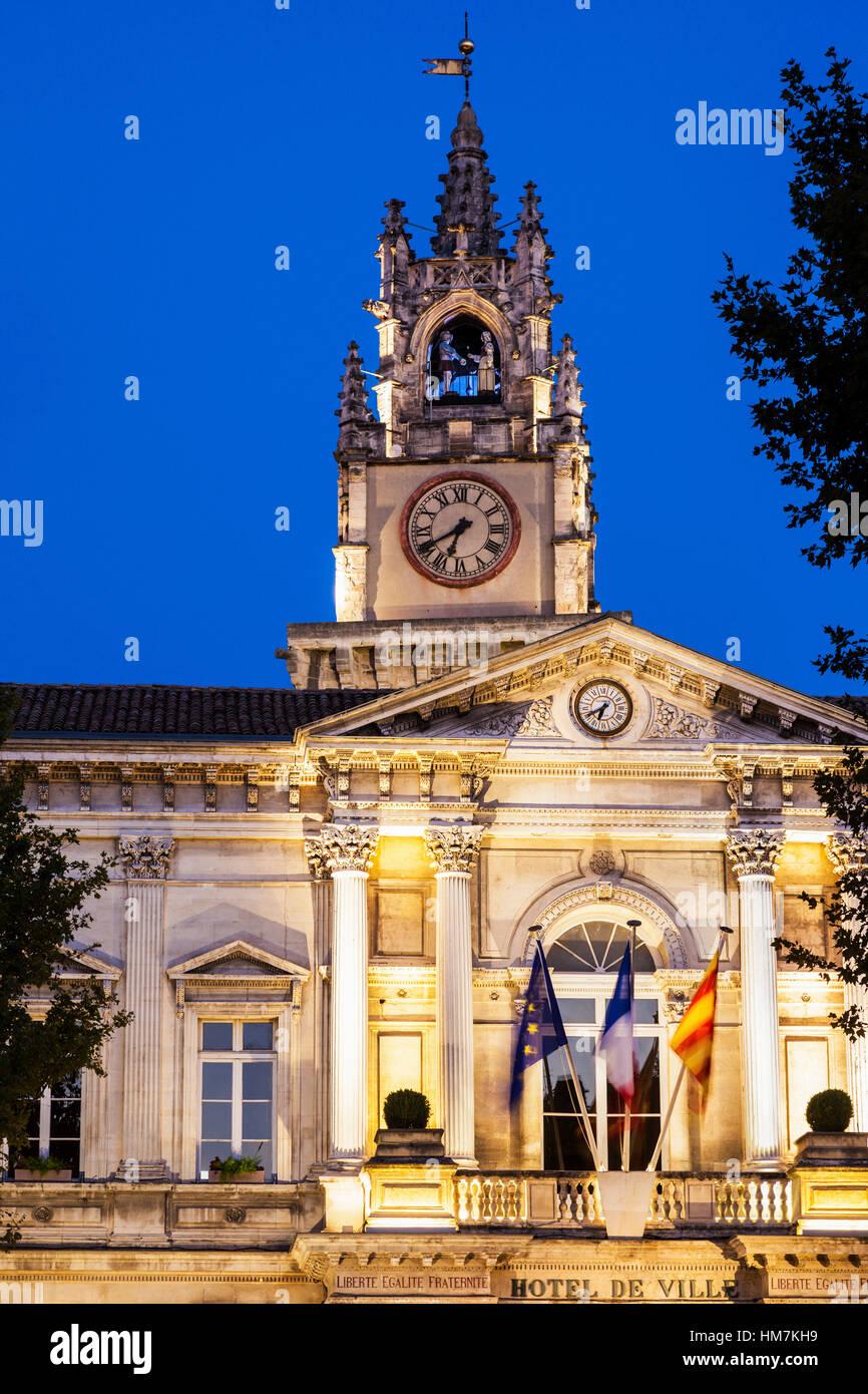 France, Provence-Alpes-Cote d'Azur, Avignon, Avignon City Hall at dusk - Stock Image