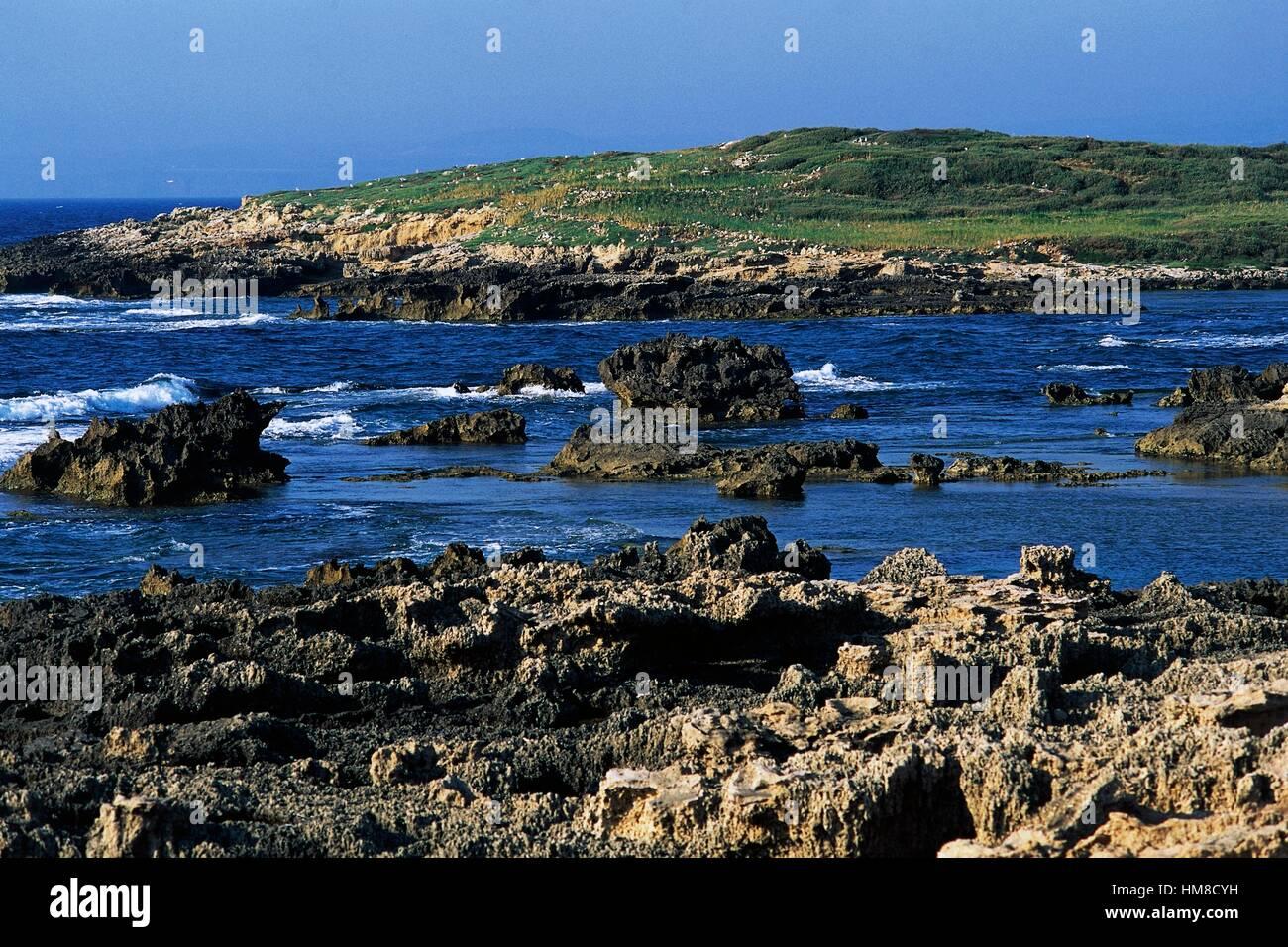 Isolotto Peloso or de Sa Tonnara, islet near Cape Mannu, Sinis Peninsula, Sardinia, Italy. - Stock Image
