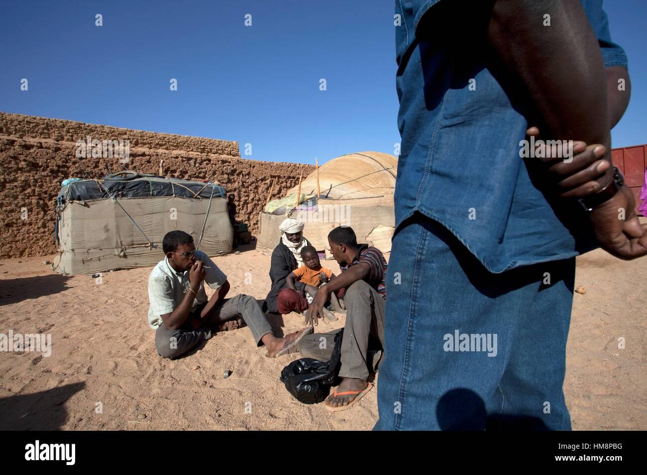 Niger, Agadez, emigrants waiting at illegal garage - Stock Image