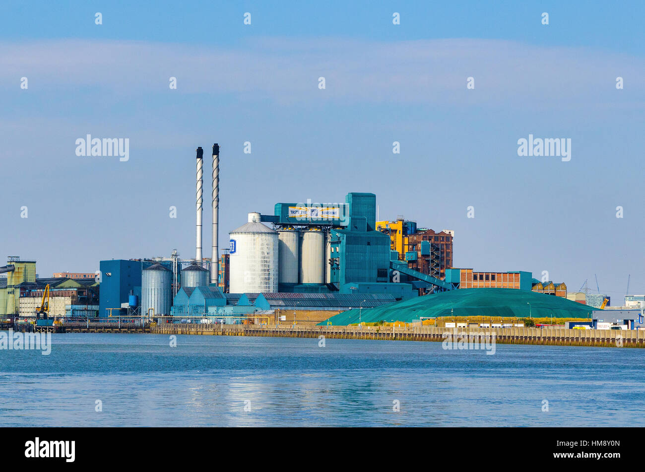 The Tate and Lyle Sugar refinery on the north bank of the River Thames at Silvertown, East London. - Stock Image