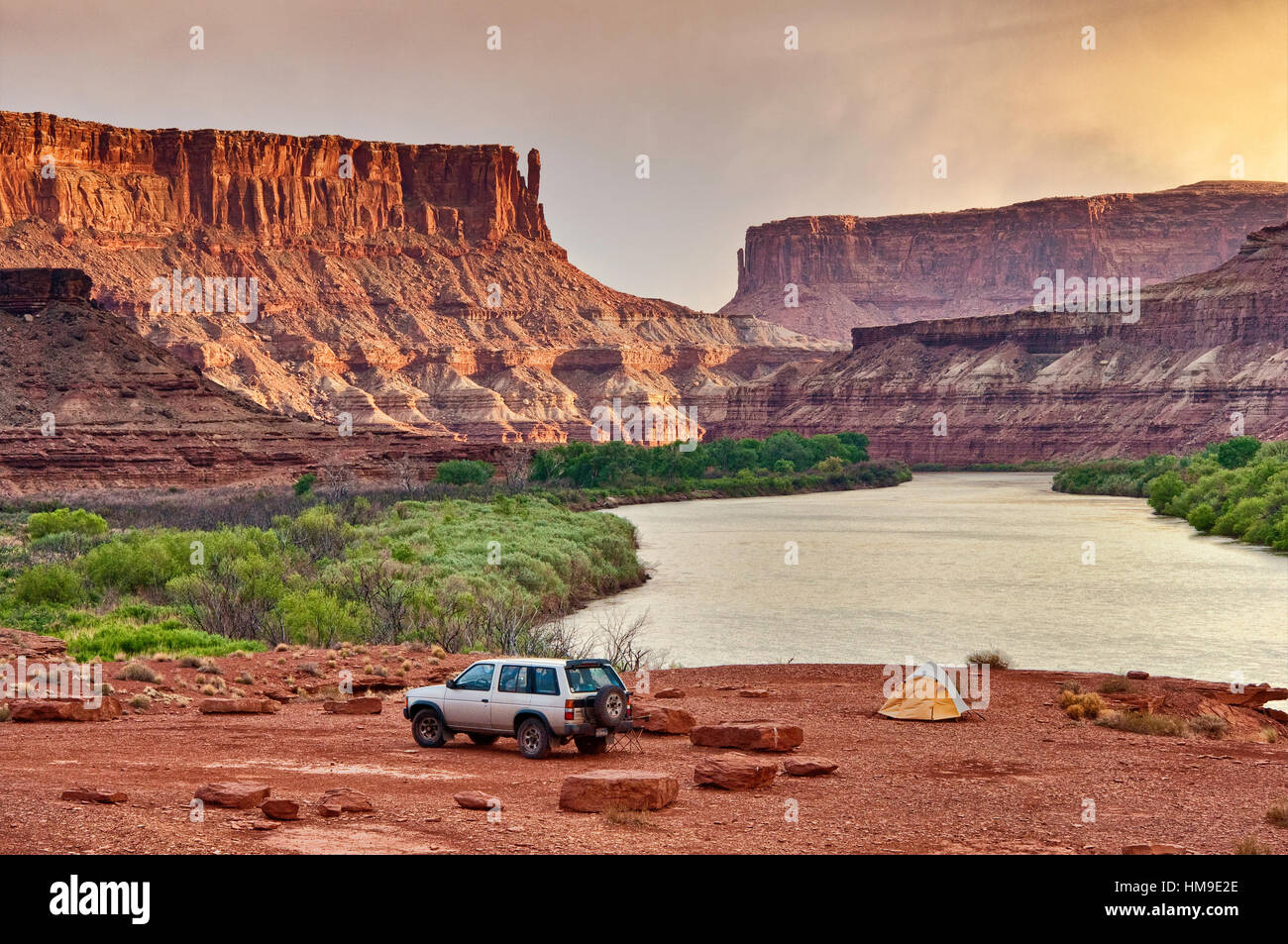 Car at campsite at Labirynth Camp in Labirynth Canyon with Bighorn Mesa over Green River, White Rim Road, Canyonlands - Stock Image