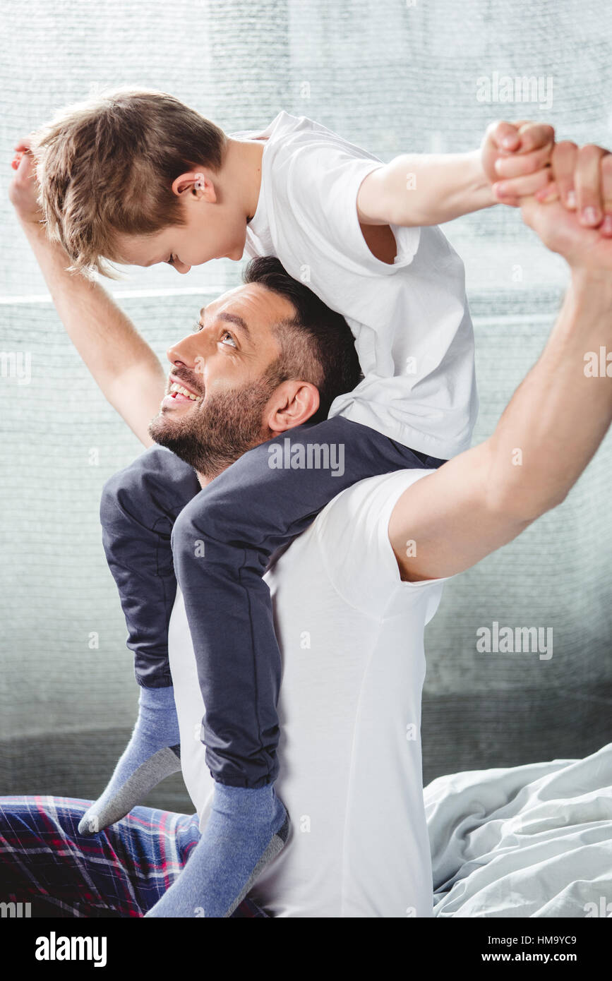 Father carrying son on neck - Stock Image