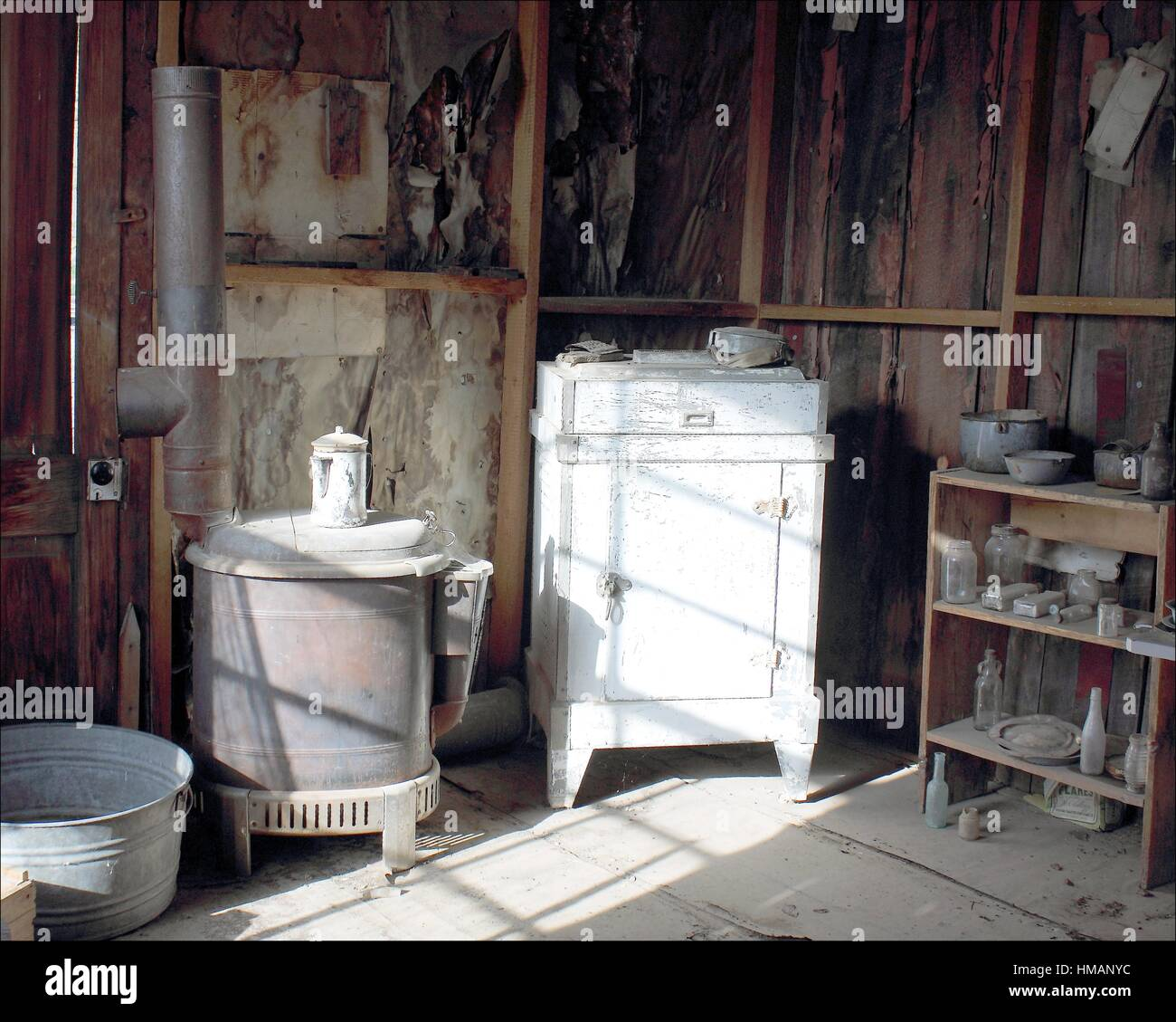 This kitchen in an old cabin in Coloma, California, silently waits for its owner, possibly a miner who never found - Stock Image
