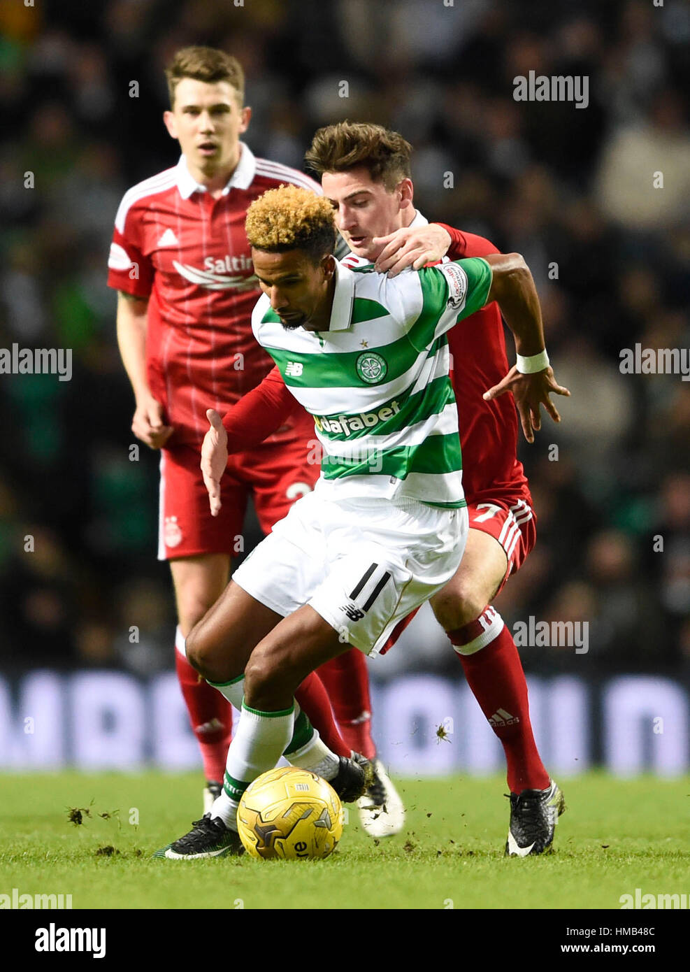 Celtic's Scott Sinclair and Aberdeen's Kenny McLean battle for the ball during the Ladbrokes Scottish Premiership - Stock Image