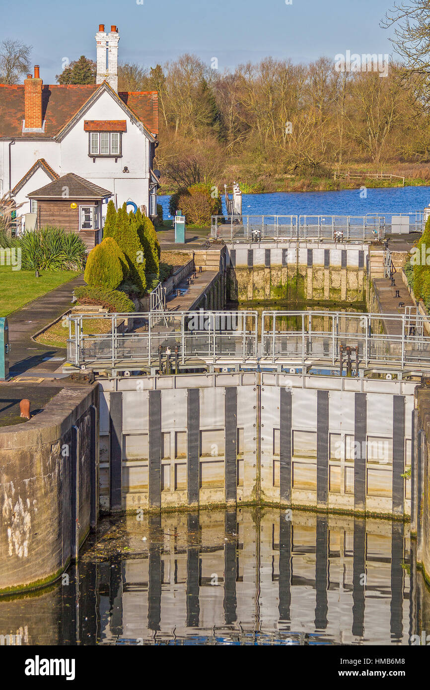 Lock Gates And Lock Keepers House Goring On Thames UK - Stock Image